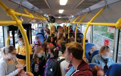 Bild von einem mit Schulkindern überfülltem Bus