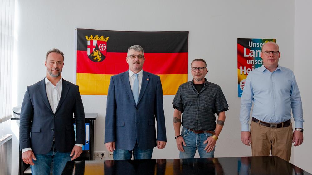Neu gewählter Direkt-Kandidat für den Wahlkreis 7, Michael Eberhardt (2. v. l.) mit Ersatzkandidaten Ralf Reindl (3. v. l.), sowie Wahlleiter Dr. Jan Bollinger (links) und AfD Kreisvorsitzenden Alexander Heppe (rechts)