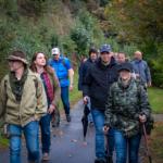 Gruppe von Wanderern am Fuße des Berges