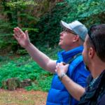 Alexander Heppe und Dr. Jan Bollinger begutachten den Zustand des Waldes.